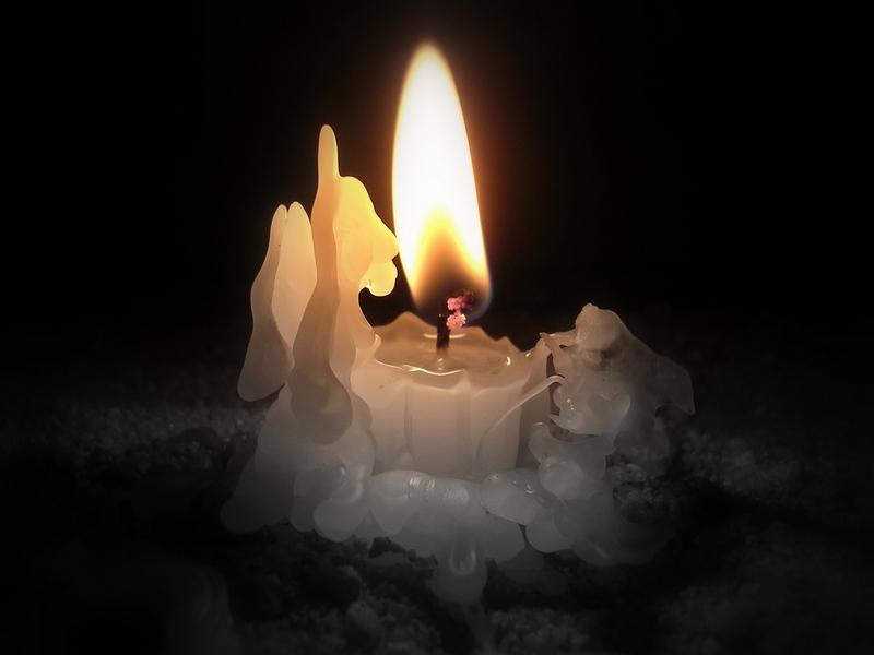 зажженной свечи