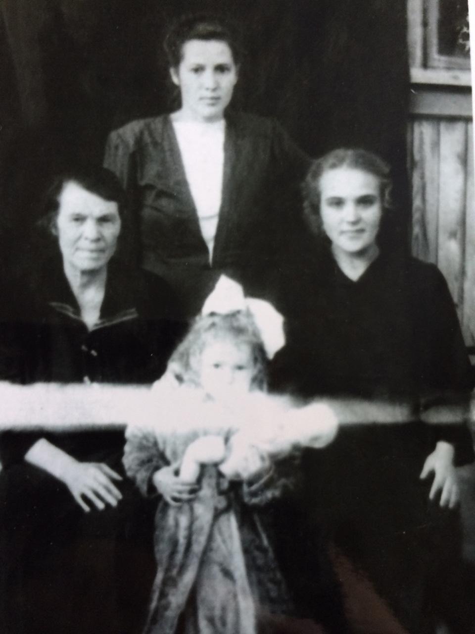 elena ghiruskina s mamoi galinoi i babuskoi mariei sahovskaia