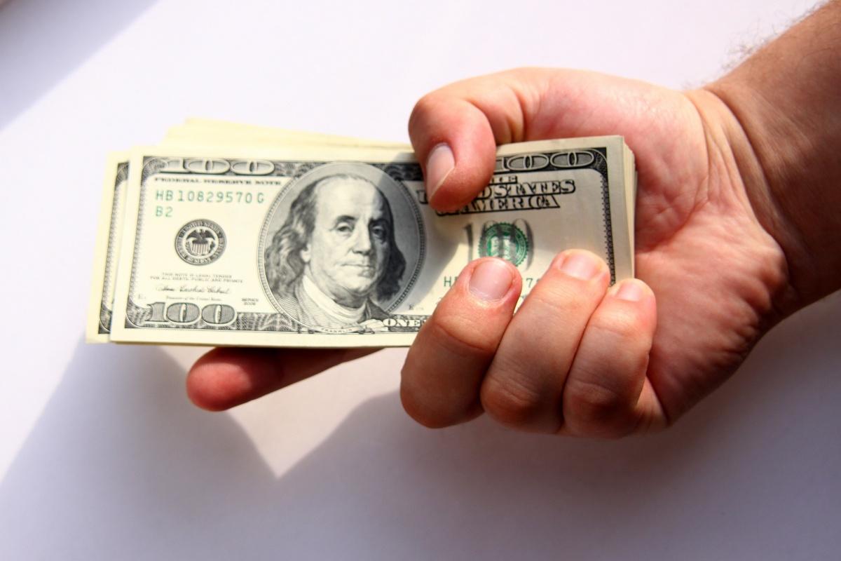 Пачка долларов в руках