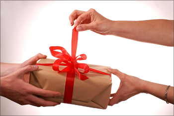 подарить девушке подарок