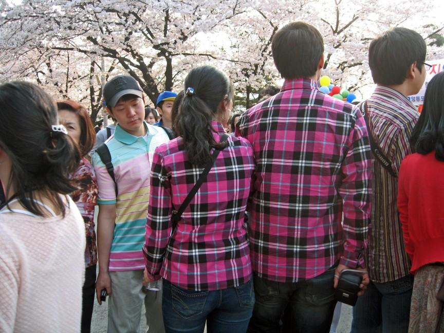 8. Одинаковые наряды — корейский молодежный тренд.