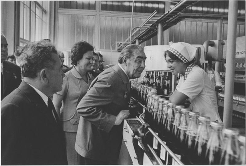 brejniv na zavode pepsikola 1974