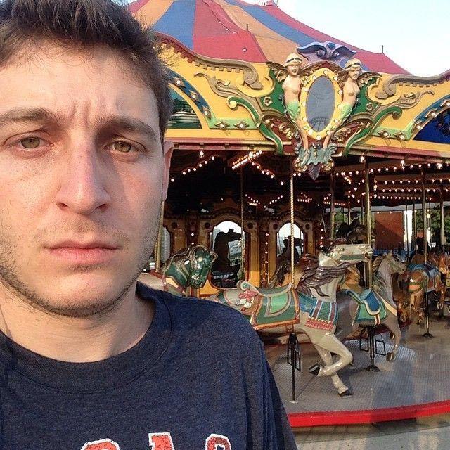 grusnii pareni na karuseliah